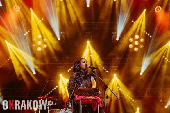 aziza brahim fot klaudyna schubert 1 585x390 - Ulotny czar muzyki. Podsumowanie EtnoKraków/Rozstaje 2019