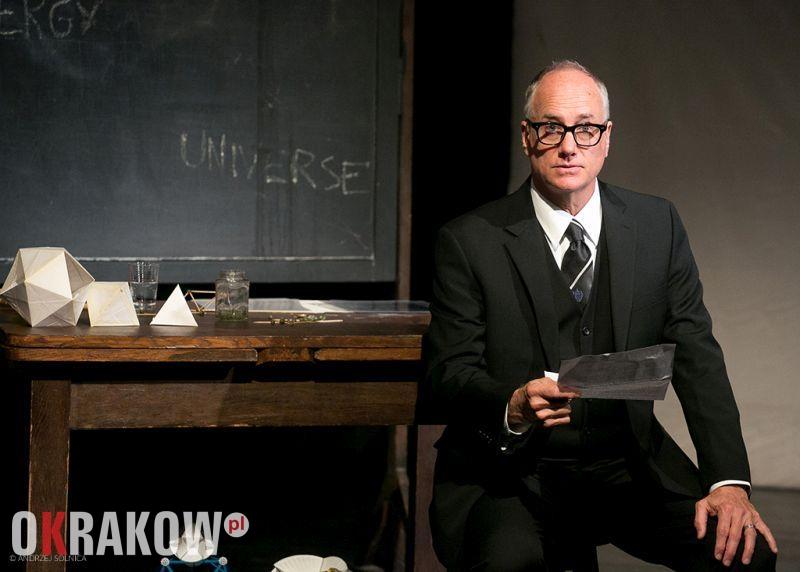 """Sztuka Teatralna """"Buckminster Fuller. Historia (i Tajemnica) Wszechświata, na scenie Miniatura przy Teatrze Słowackiego"""