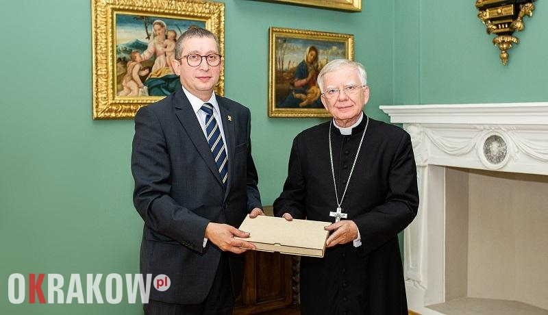 pch - 55 tys. podpisów wręczonych metropolicie krakowskiemu Markowi Jędraszewskiemu.