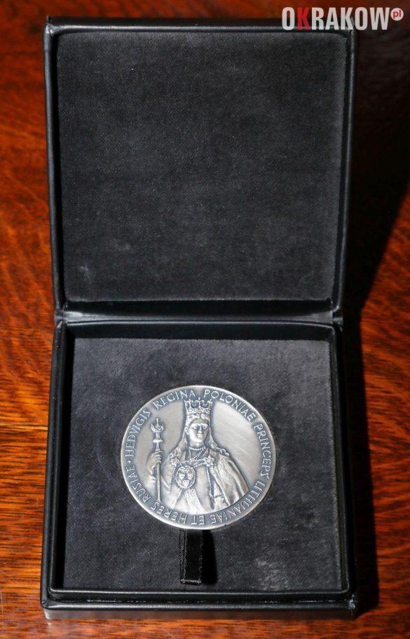 medal 585x910 - Medal Cracoviae Merenti dla Muzeum Krakowa