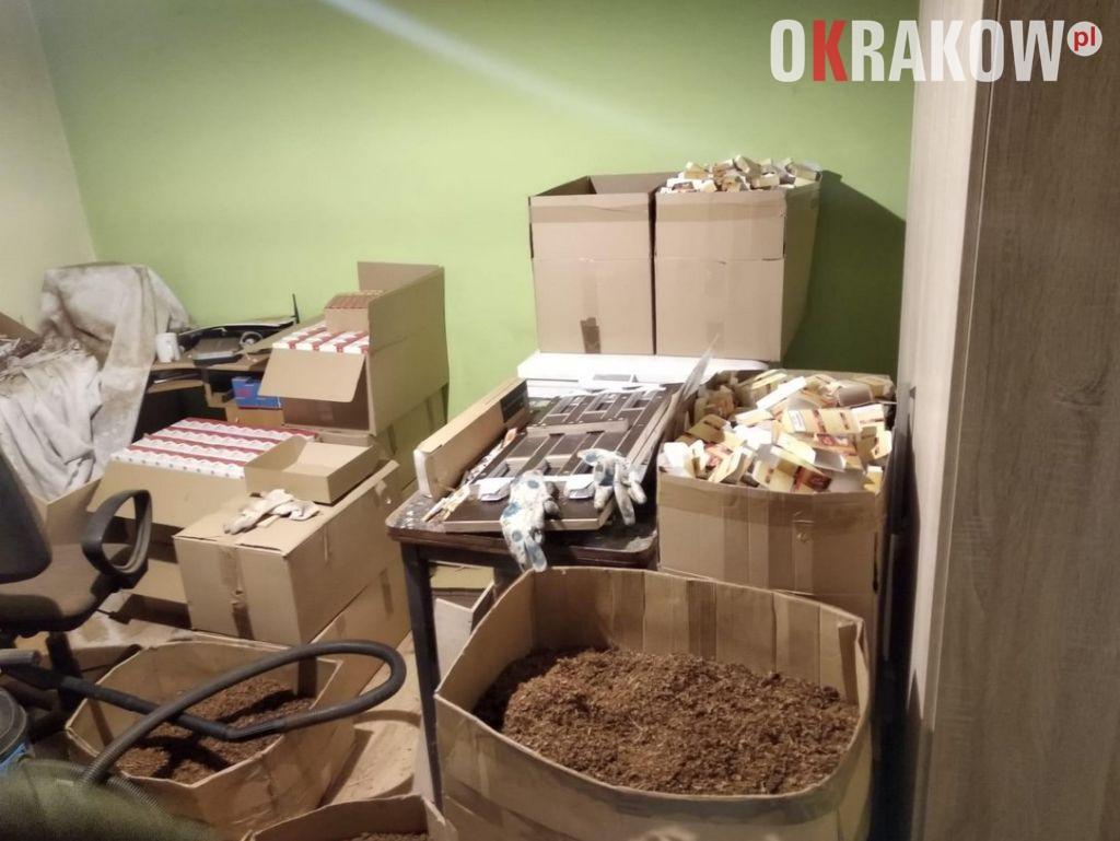 Policjanci zlikwidowali nielegalną wytwórnię papierosów i zabezpieczyli ponad tonę tytoniu i 95 tys. sztuk papierosów bez akcyzy