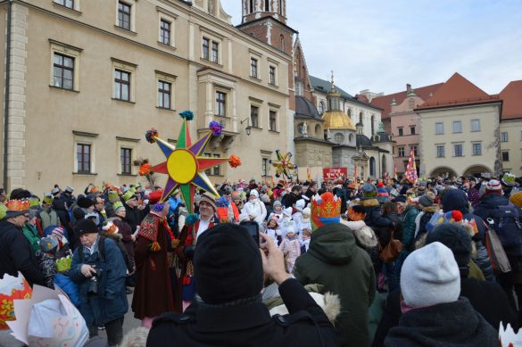 orszak 11 1 585x389 - Orszak Trzech Króli Kraków 2020 Galeria Zdjęć z Orszaku (czerwonego)