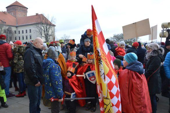orszak 12 1 585x389 - Orszak Trzech Króli Kraków 2020 Galeria Zdjęć z Orszaku (czerwonego)