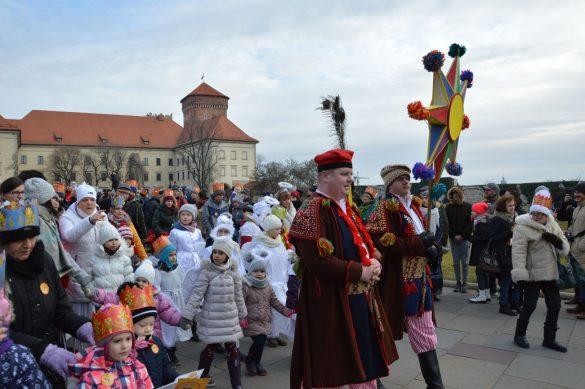 orszak 16 1 585x389 - Orszak Trzech Króli Kraków 2020 Galeria Zdjęć z Orszaku (czerwonego)