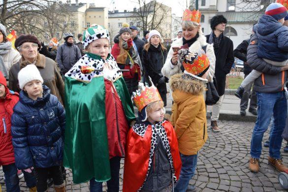 orszak 27 1 585x389 - Orszak Trzech Króli Kraków 2020 Galeria Zdjęć z Orszaku (czerwonego)