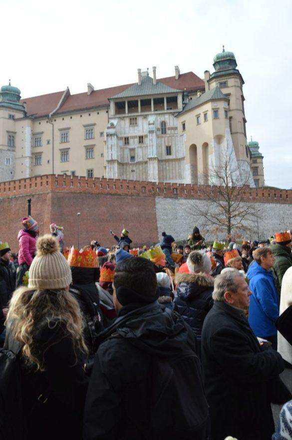 orszak 30 1 585x880 - Orszak Trzech Króli Kraków 2020 Galeria Zdjęć z Orszaku (czerwonego)