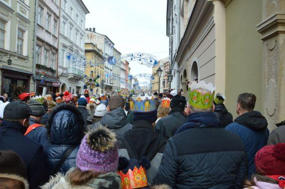 orszak 32 1 585x389 - Orszak Trzech Króli Kraków 2020 Galeria Zdjęć z Orszaku (czerwonego)
