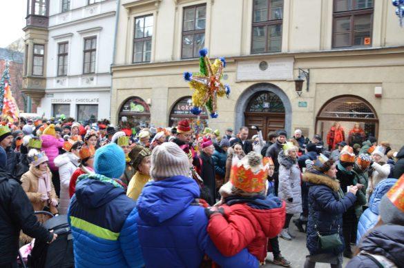 orszak 35 1 585x389 - Orszak Trzech Króli Kraków 2020 Galeria Zdjęć z Orszaku (czerwonego)