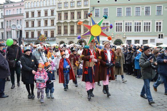 orszak 40 1 585x389 - Orszak Trzech Króli Kraków 2020 Galeria Zdjęć z Orszaku (czerwonego)