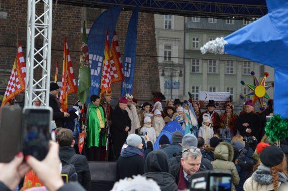 orszak 60 1 585x389 - Orszak Trzech Króli Kraków 2020 Galeria Zdjęć z Orszaku (czerwonego)
