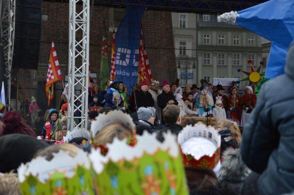 orszak 64 1 585x389 - Orszak Trzech Króli Kraków 2020 Galeria Zdjęć z Orszaku (czerwonego)