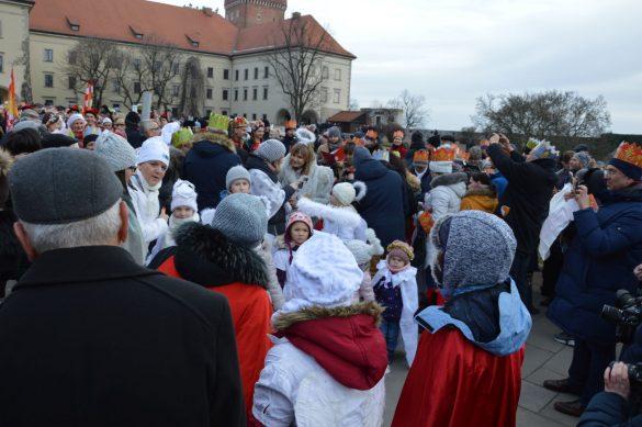 orszak 68 1 585x389 - Orszak Trzech Króli Kraków 2020 Galeria Zdjęć z Orszaku (czerwonego)