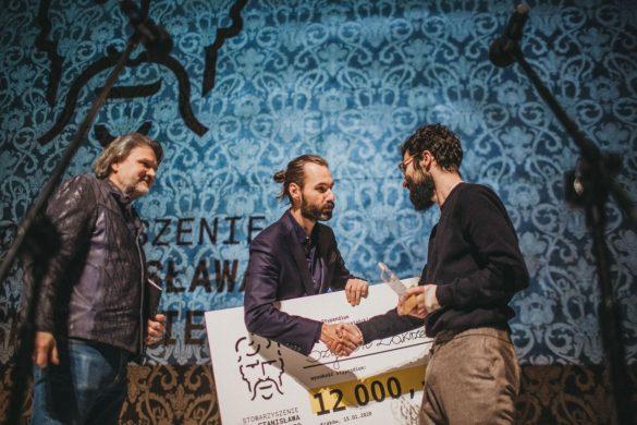Szymon Zakrzewski odbiera nagrodę