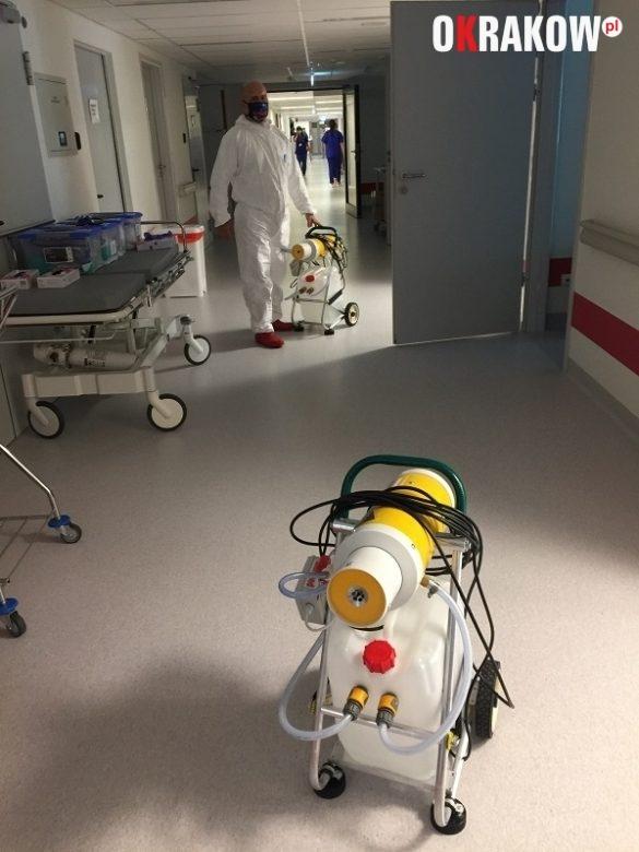 komenda3 585x780 - Komenda Miejska PSP w Krakowie wspiera profilaktykę COVID 19 na terenie Szpitala Uniwersyteckiego w Krakowie: