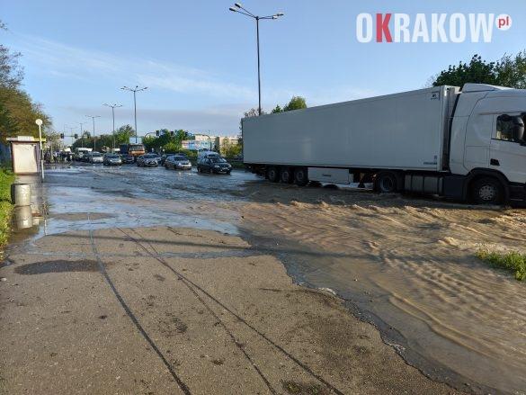rzaka krakow awaria 10 585x439 - Awaria koło przystanku Jerzmanowskiego (Rżąka) - zdjęcia