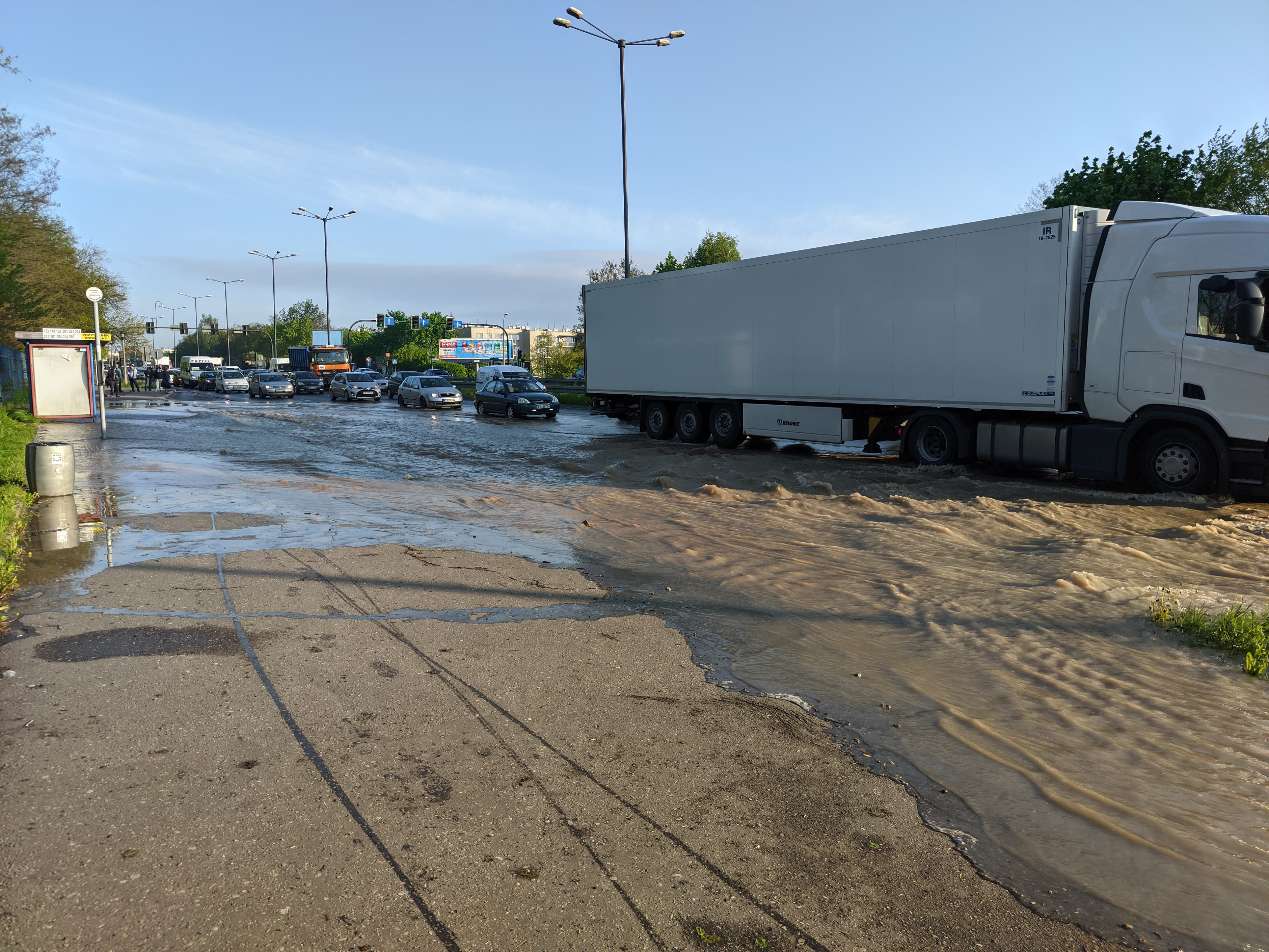 rzaka krakow awaria 10 150x150 - Awaria koło przystanku Jerzmanowskiego (Rżąka) - zdjęcia
