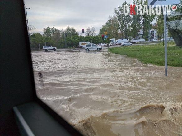 rzaka krakow awaria 11 585x439 - Awaria koło przystanku Jerzmanowskiego (Rżąka) - zdjęcia