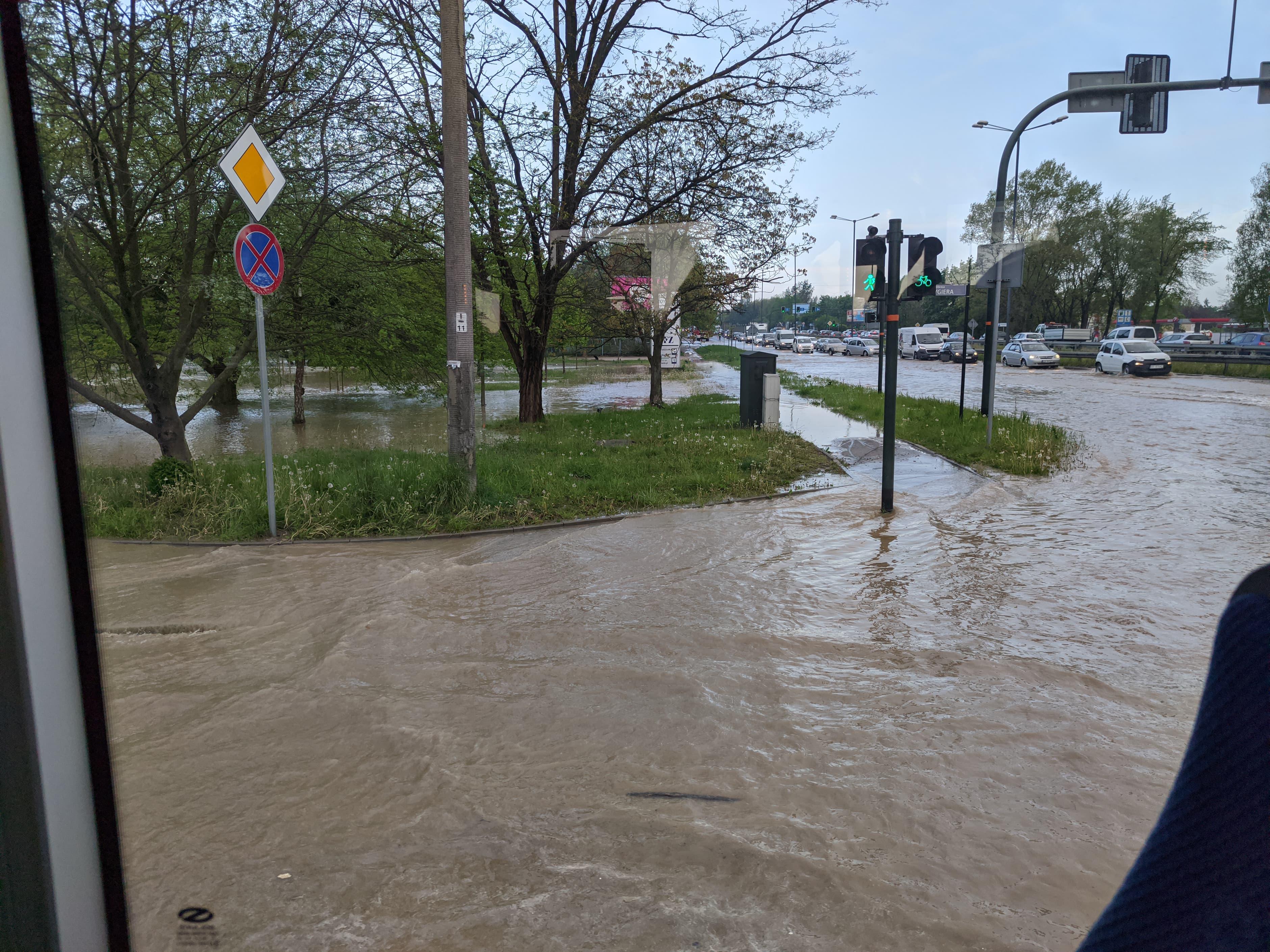 rzaka krakow awaria 2 150x150 - Awaria koło przystanku Jerzmanowskiego (Rżąka) - zdjęcia