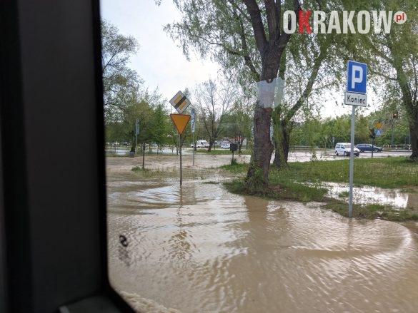 rzaka krakow awaria 4 585x439 - Awaria koło przystanku Jerzmanowskiego (Rżąka) - zdjęcia