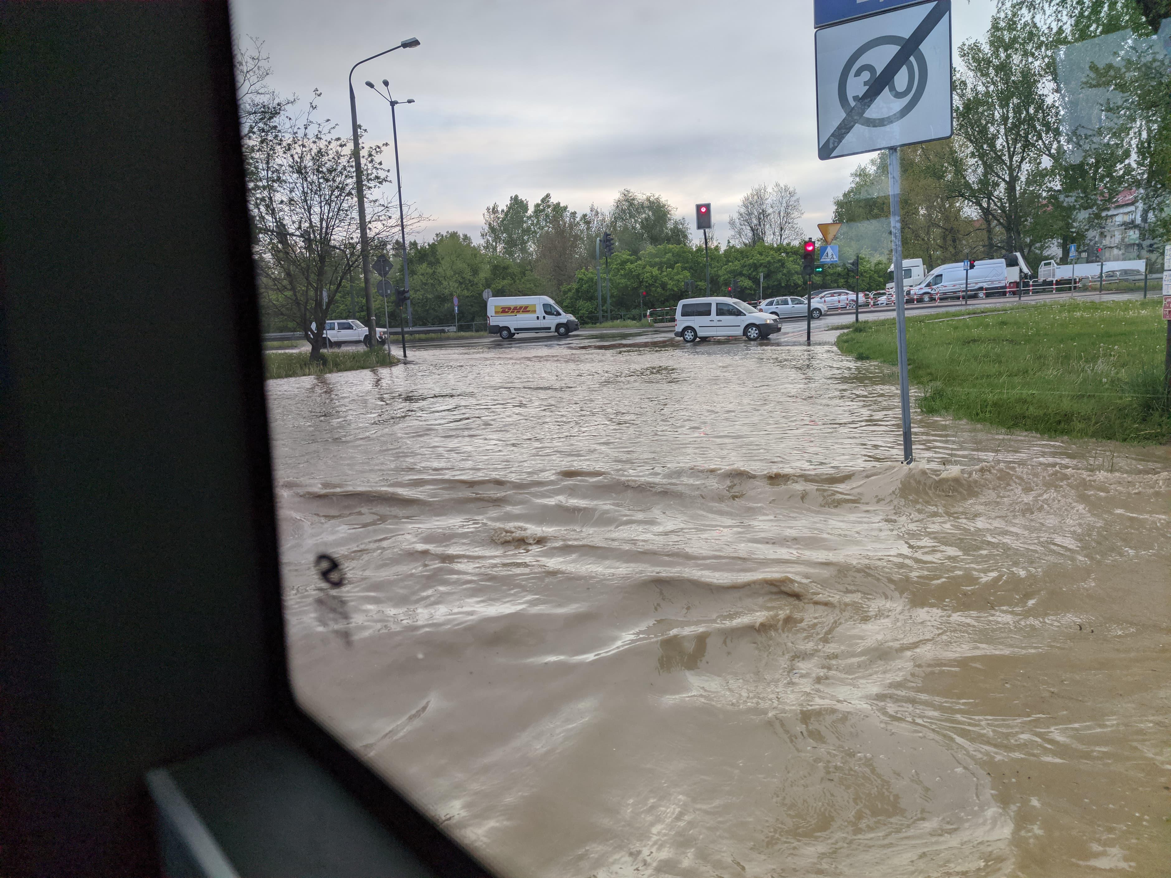 rzaka krakow awaria 5 150x150 - Awaria koło przystanku Jerzmanowskiego (Rżąka) - zdjęcia
