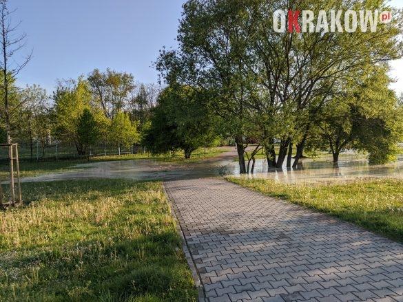 rzaka krakow awaria 6 585x439 - Awaria koło przystanku Jerzmanowskiego (Rżąka) - zdjęcia