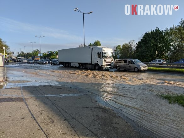 rzaka krakow awaria 8 585x439 - Awaria koło przystanku Jerzmanowskiego (Rżąka) - zdjęcia