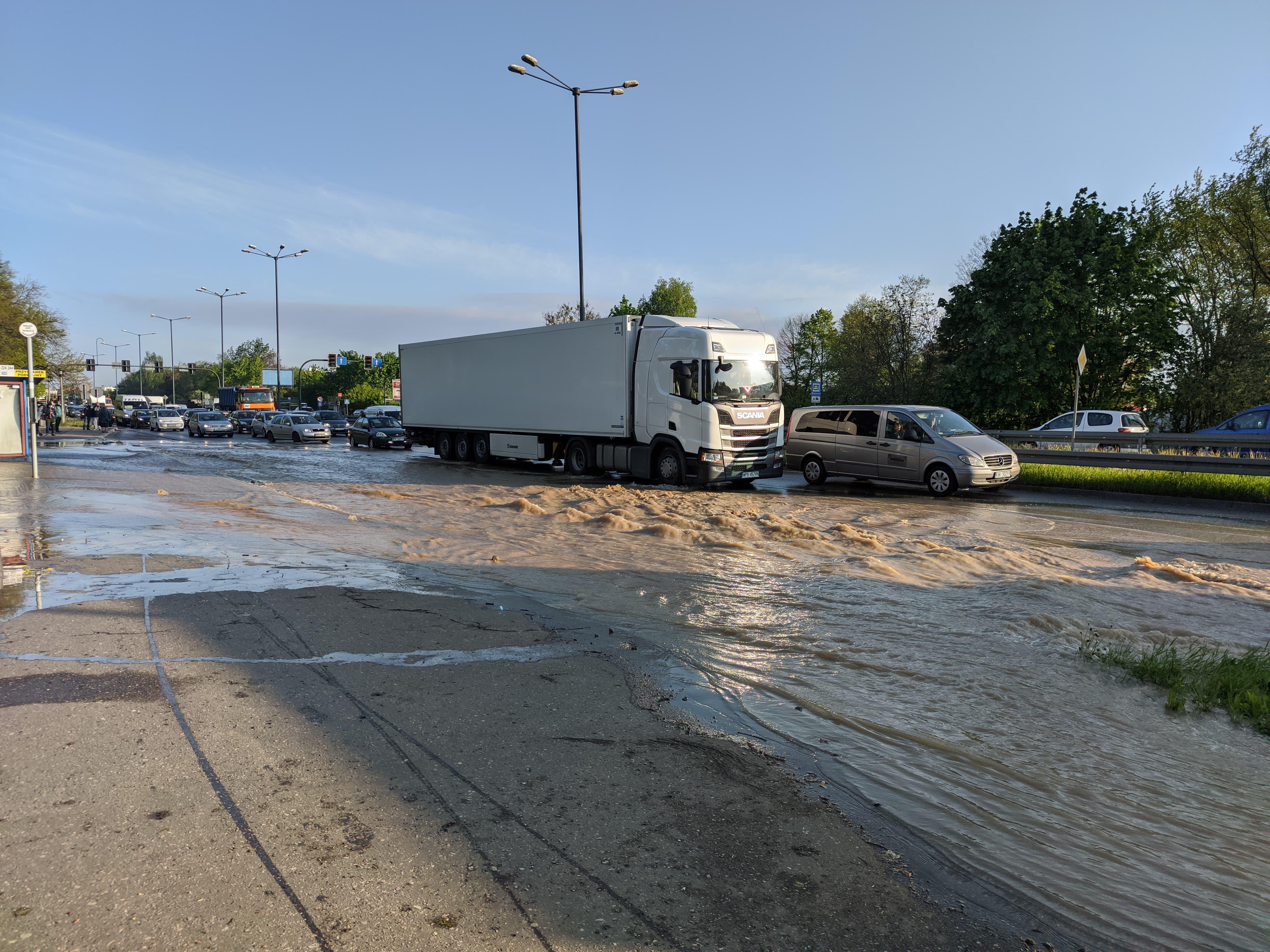 rzaka krakow awaria 8 150x150 - Awaria koło przystanku Jerzmanowskiego (Rżąka) - zdjęcia