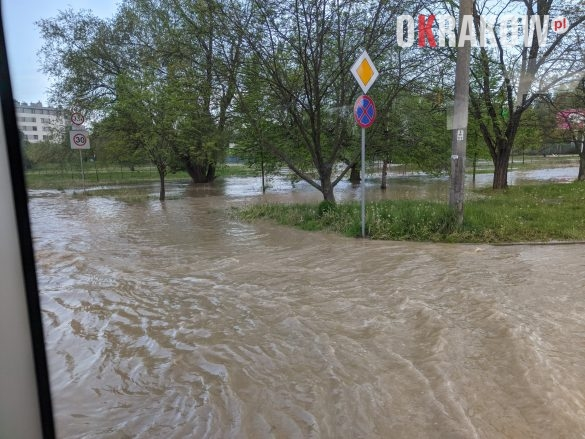 rzaka krakow awaria 9 585x439 - Awaria koło przystanku Jerzmanowskiego (Rżąka) - zdjęcia
