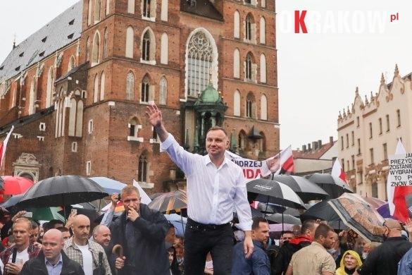 andrzej duda w krakowie 10 585x390 - Kraków Wydarzenia: Mimo ulewy tłumy na Rynku Krakowskim witały Prezydenta Andrzeja Dudę