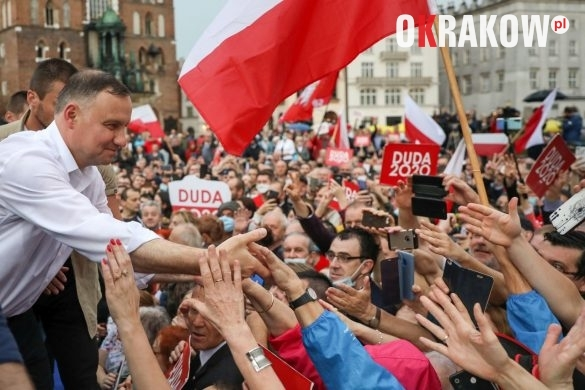 andrzej duda w krakowie 12 585x390 - Kraków Wydarzenia: Mimo ulewy tłumy na Rynku Krakowskim witały Prezydenta Andrzeja Dudę