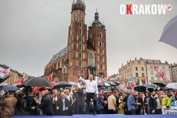 andrzej duda w krakowie 4 585x390 - Kraków Wydarzenia: Mimo ulewy tłumy na Rynku Krakowskim witały Prezydenta Andrzeja Dudę