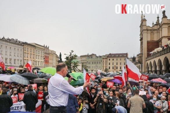 andrzej duda w krakowie 8 585x390 - Kraków Wydarzenia: Mimo ulewy tłumy na Rynku Krakowskim witały Prezydenta Andrzeja Dudę