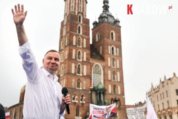 andrzej duda w krakowie 9 585x390 - Kraków Wydarzenia: Mimo ulewy tłumy na Rynku Krakowskim witały Prezydenta Andrzeja Dudę